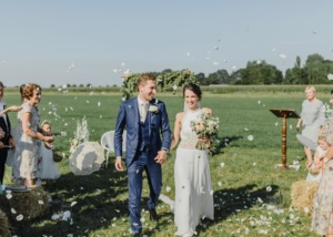 Buiten trouwen in weiland